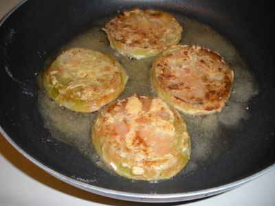 Green tomatoes in the pan